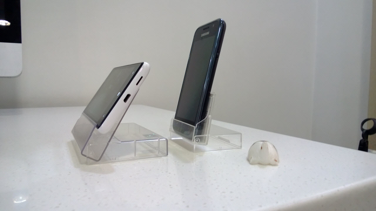http://img.labnol.org/di/phone-dock-side.jpg